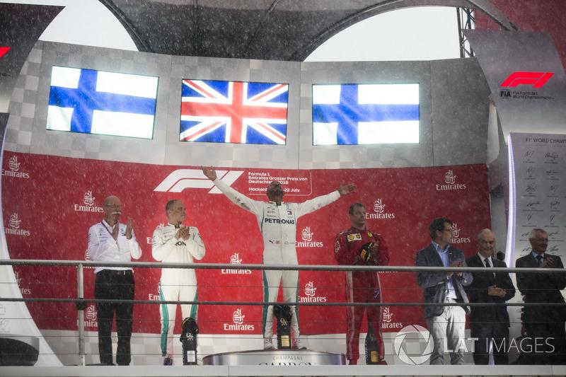 Hamilton comemorou a vitória a lado dos finlandeses Valtteri Bottas, segundo, e Kimi Raikkonen, o terceiro colocado