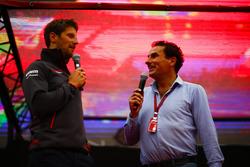 Romain Grosjean, Haas F1 Team, es entrevistado en el escenario