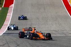 Stoffel Vandoorne, McLaren MCL32, Lance Stroll, Williams FW40
