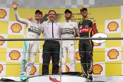 Podium: race winner Lewis Hamilton, Mercedes AMG F1, second place Nico Rosberg, Mercedes AMG F1, Mic