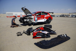 La vettura di Daniel Lloyd, Lukoil Craft-Bamboo Racing, SEAT León TCR viene riparata