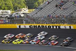 William Byron, Hendrick Motorsports, Chevrolet Camaro Hertz and Erik Jones, Joe Gibbs Racing, Toyota Camry Sport Clips
