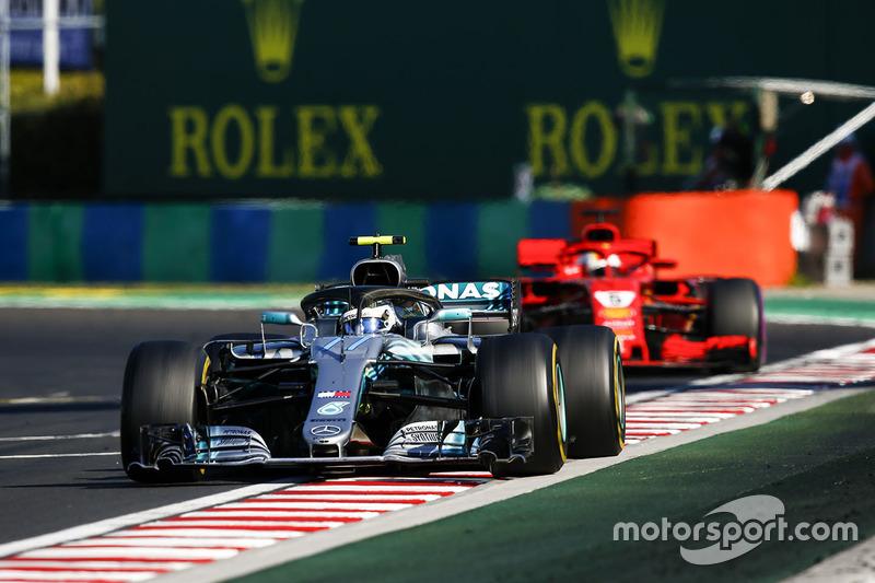 Valtteri Bottas, Mercedes AMG F1 W09 et Sebastian Vettel, Ferrari SF71H
