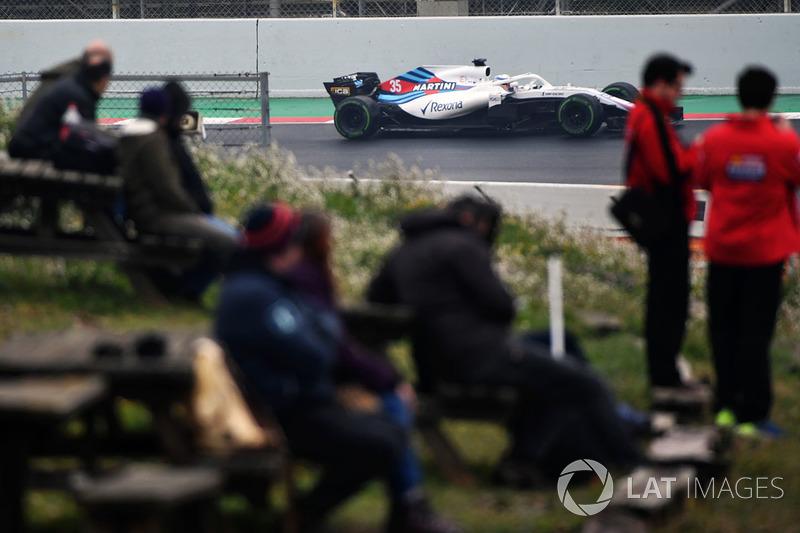 Fans watch Sergey Sirotkin, Williams FW41