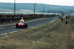 Willy Mairesse, Ferrari D246 gives Tony Brooks, Vanwall a lift back