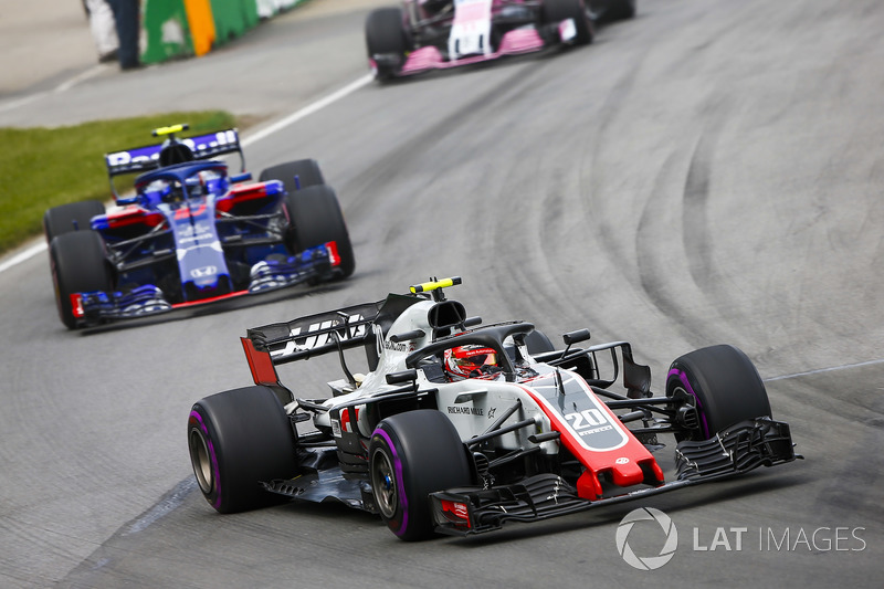 Kevin Magnussen, Haas F1 Team VF-18, leads Pierre Gasly, Toro Rosso STR13