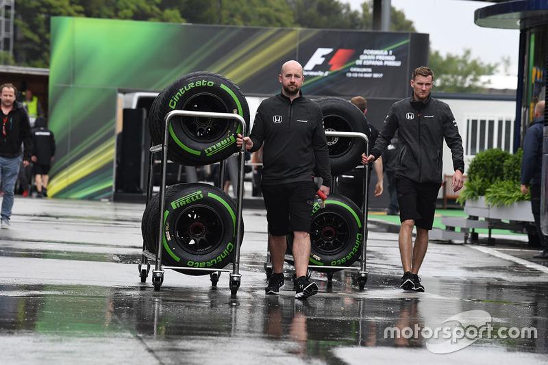 Mekanik McLaren membawa ban Pirelli