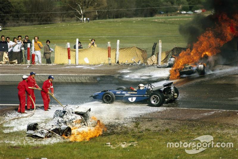 1970 - Jackie Stewart passa pela BRM de Jackie Oliver e a Ferrari de Jacky Ickx