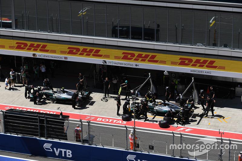 Валттери Боттас, Mercedes AMG F1 W08, и Льюис Хэмилтон, Mercedes AMG F1 W08