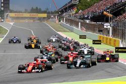 Temporada 2017 F1-spanish-gp-2017-sebastian-vettel-ferrari-sf70h-leads-at-the-start-of-the-race