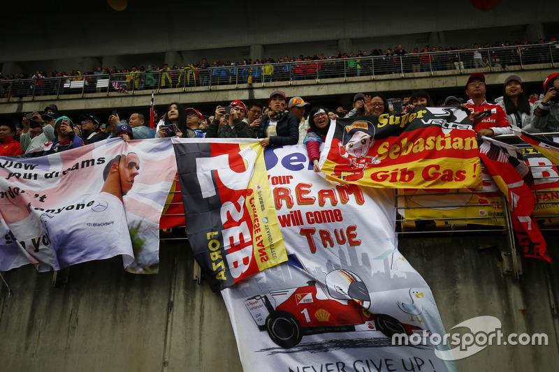 Fans von Sebastian Vettel, Ferrari, auf den Tribünen