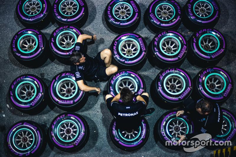 Механики Merceses AMG F1 и шины Pirelli