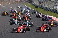 Sebastian Vettel, Ferrari SF70H, devant Kimi Raikkonen, Ferrari SF70H au départ