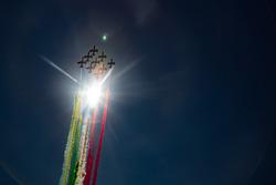 El equipo de acrobacia de fuerza aérea italiana Frecce Tricolri, sobrevuelan la parrilla en los aviones Aermacchi MB-339 PAN