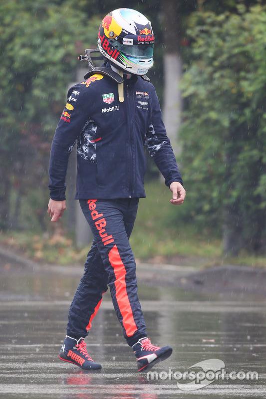 Daniel Ricciardo, Red Bull Racing RB13, cammina sotto la pioggia indossando il casco