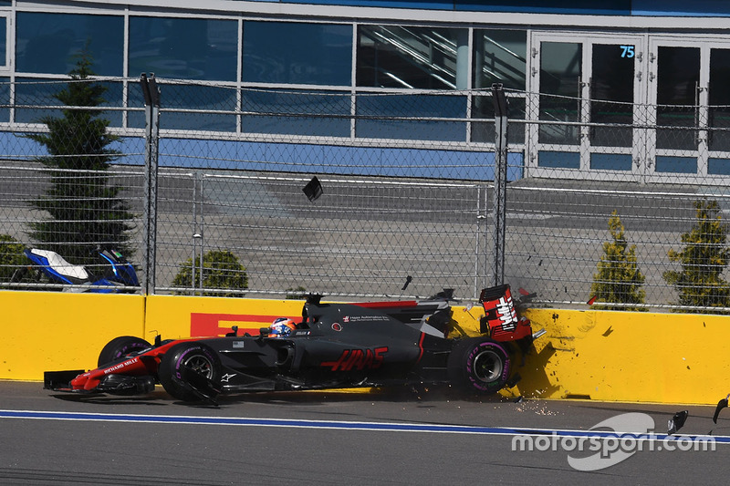 Romain Grosjean, Haas F1 Team VF-17 crashes on lap one