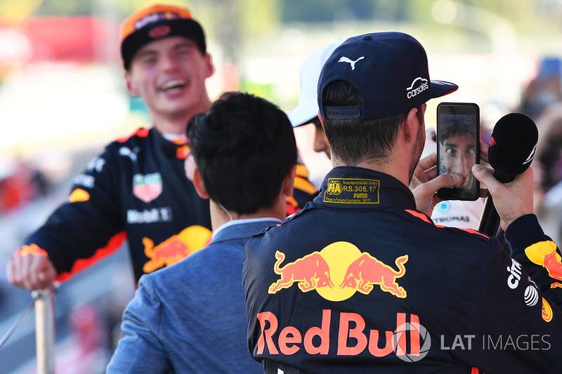 10. Daniel Ricciardo feiert auf dem Podium mit dem Smartphone von Lewis Hamilton