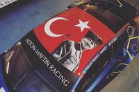 Aston Martin tavanında Türk bayrağı ve Atatürk portresi