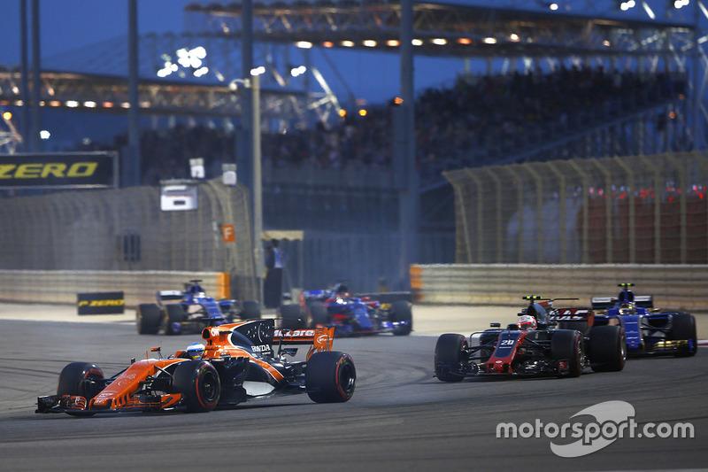 Fernando Alonso, McLaren MCL32, leads Kevin Magnussen, Haas F1 Team VF-17, ans Pascal Wehrlein, Sauber C36-Ferrari