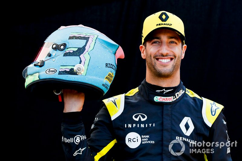 Daniel Ricciardo, Renault F1 Team, con il suo casco