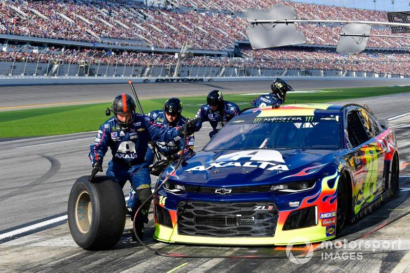William Byron, Hendrick Motorsports, Chevrolet Camaro Axalta makes a pit stop