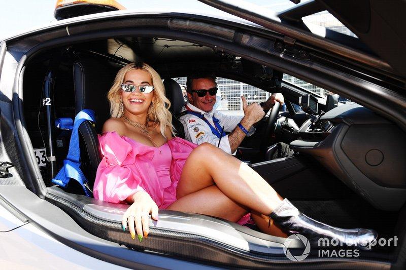 Alejandro Agag, CEO, Formula E con Rita Ora, a bordo della Qualcomm BMW i8 Safety car