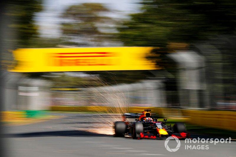Des étincelles sur la voiture de Max Verstappen, Red Bull Racing RB15