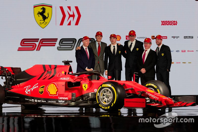Charles Leclerc, Ferrari, Sebastian Vettel, Ferrari con miembros de Ferrari