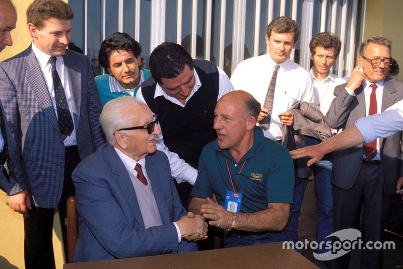 Modena 1987, Enzo Ferrari con Stirling Moss, durante la parata dei veterani della Mille Miglia alla fabbrica della Scaglietti