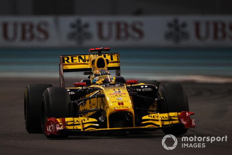 Зрителей развлекали только пилоты Renault. Кубица прошел Адриана Сутиля, а Петров позади прорывался через Глока и Альгерсуари
