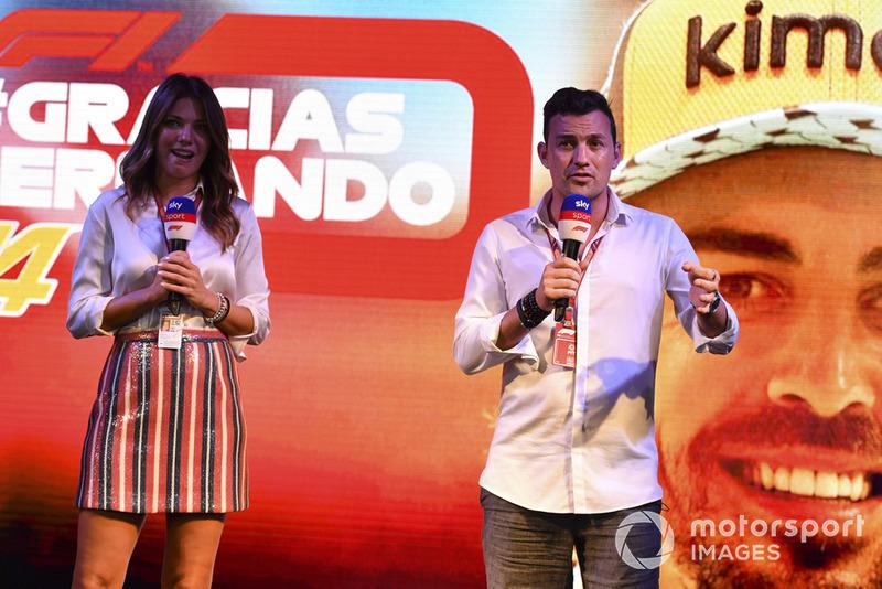 Federica Masolin, presentadora de Sky Italia y Will Buxton, de Presentadora de TV en el escenario como Fernando Alonso, McLaren se despide de los fanáticos