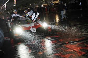 I vincitori #7 Toyota Gazoo Racing Toyota TS050: Mike Conway, Kamui Kobayashi, Jose Maria Lopez