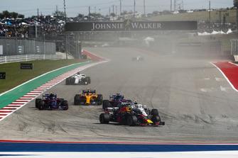 Max Verstappen, Red Bull Racing RB14, Sergey Sirotkin, Williams FW41, Brendon Hartley, Toro Rosso STR13, Pierre Gasly, Scuderia Toro Rosso STR13, Stoffel Vandoorne, McLaren MCL33, y el resto en la primera vuelta