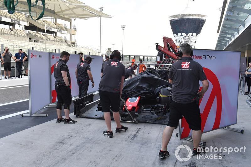 La voiture de Pietro Fittipaldi, Haas F1 Team VF-18 est ramenée au stand