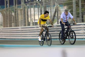 Carlos Sainz Jr., Renault Sport F1 Team cycles the track with his Father Carlos Sainz