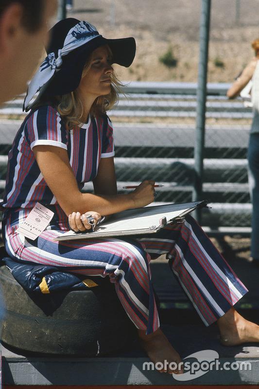 Una chica en el paddock