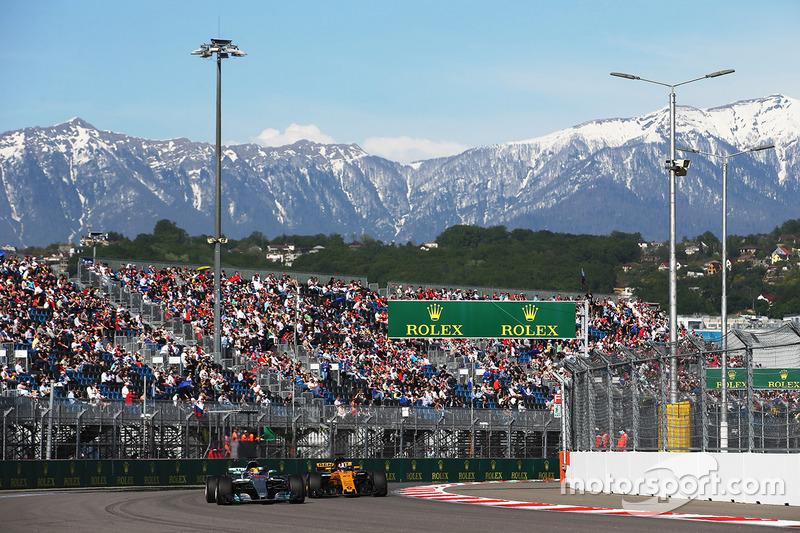 Lewis Hamilton, Mercedes AMG F1 W08, Nico Hulkenberg, Renault Sport F1 Team RS17