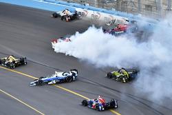 Авария на старте: Себастьен Бурдэ, Dale Coyne Racing Honda, Михаил Алешин, Schmidt Peterson Motorsports Honda, Марко Андретти, Andretti Autosport Honda