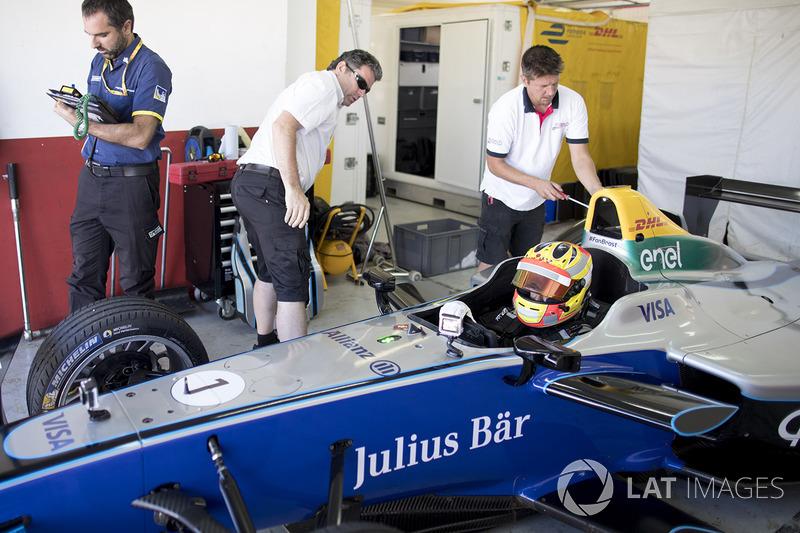 Apakah Anda senang mengemudikan mobil FE yang berbeda dengan F1?
