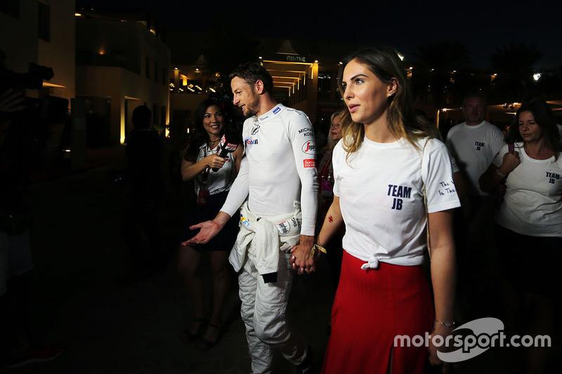 Jenson Button, McLaren se retiró de la carrera, con su novia Brittny Ward
