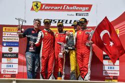 Il podio di Gara 2 del Trofeo Pirelli