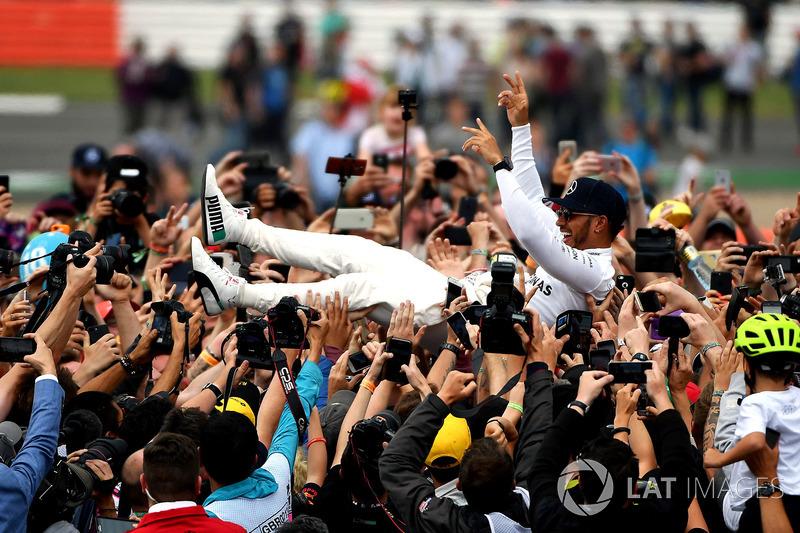 Ganador de la carrera Lewis Hamilton, Mercedes AMG F1 celebra con los fans