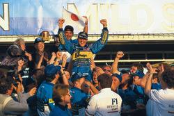 Победитель и чемпион мира пилот Benetton Михаэль Шумахер празднует титул с Флавио Бриаторе и командо