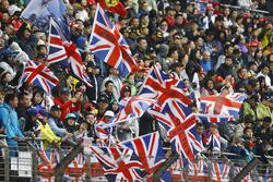 Fans mit Flaggen für Lewis Hamilton, Mercedes AMG