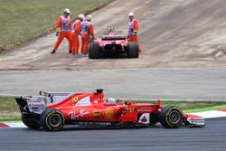 Себастьян Феттель, Ferrari SF70H; на заднем плане - поврежденный SF70H Кими Райкконена
