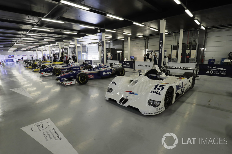 Ряд пов'язаних з Williams машин, включно з переможцем Ле-Мана 1999 року BMW
