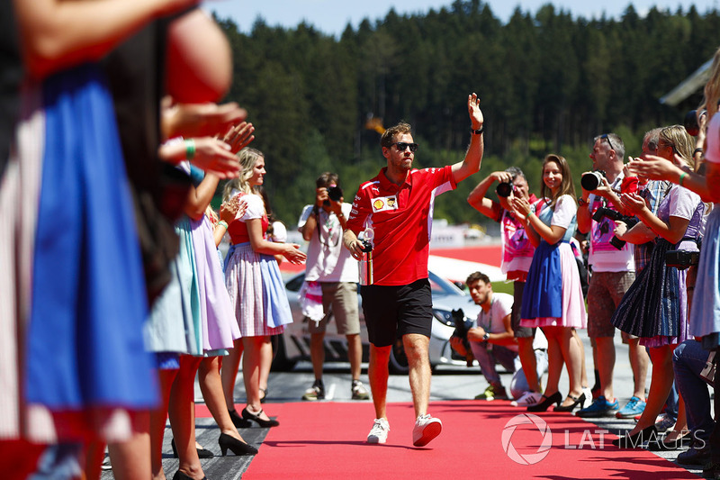Sebastian Vettel, Ferrari, salue les grid girls