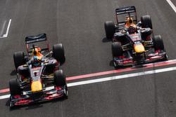 Daniel Ricciardo, RB7, y Max Verstappen, RB8, durante Jumbo Race Days