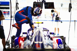 Pierre Gasly, Toro Rosso STR13 Honda, entre dans sa voiture