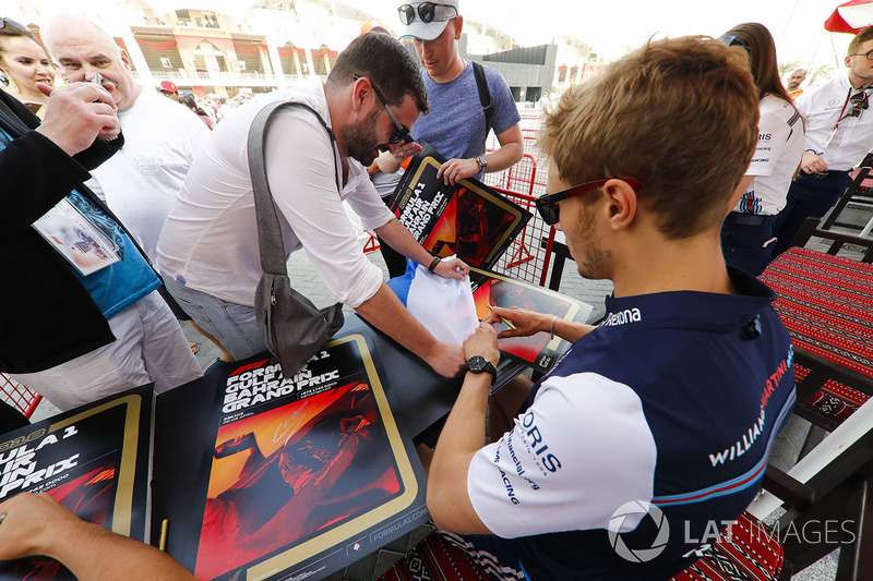 Sergey Sirotkin, Williams Racing, signs autographs